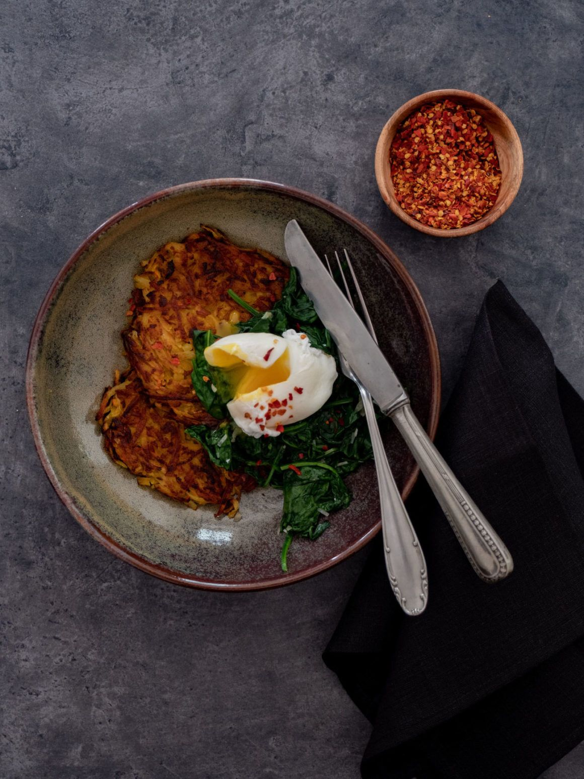 Kartoffel Kürbis Rösti mit Spinat und pochiertem Ei Chiliflocken Rezept
