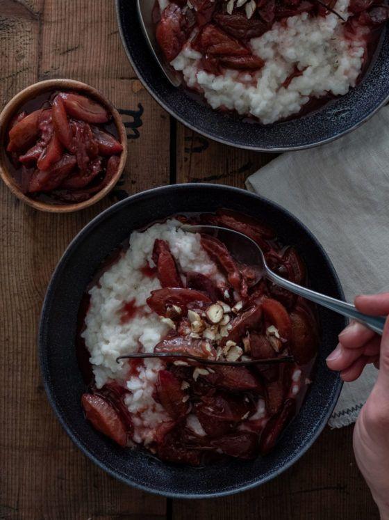 Rezept Kokosmilchreis mit Rotweinzwetschgen und Haselnüssen Serviette