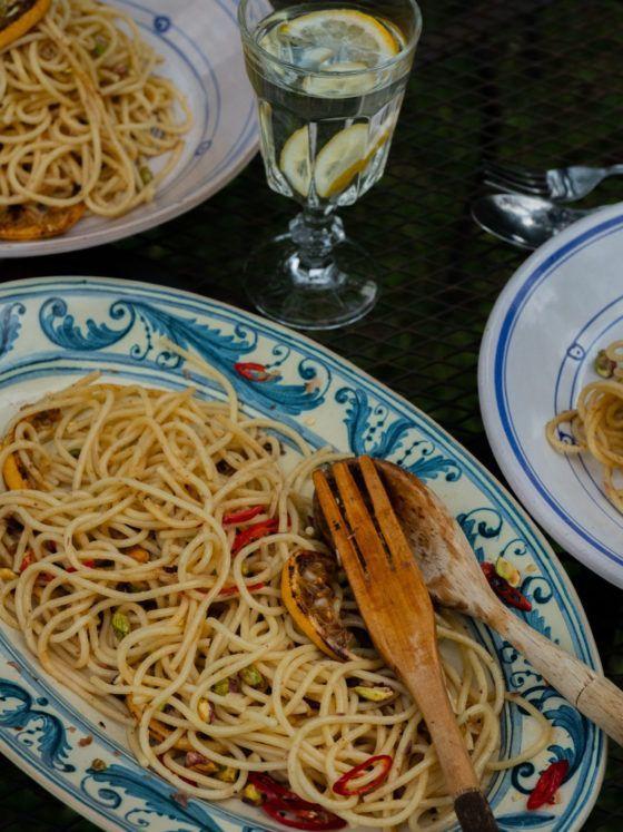 Spaghetti a la Siziliana Zitronen Knoblauch Chili Sardellen Pistazien Pasta Lunch