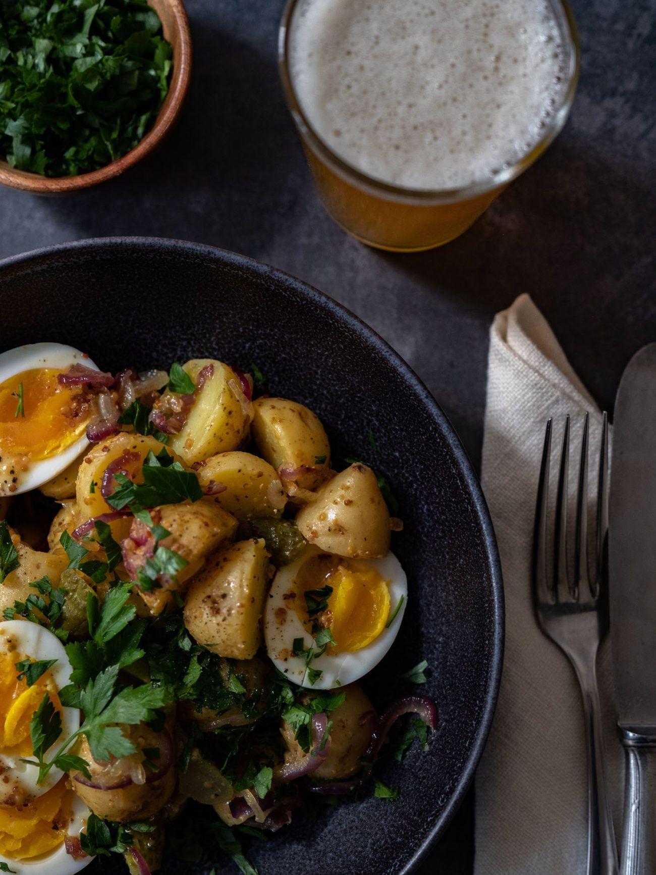 Rezept, Kartoffelsalat mit gekochten Eiern, Senfdressing, Essiggurken, Petersilie, Besteck, Bier, Serviette