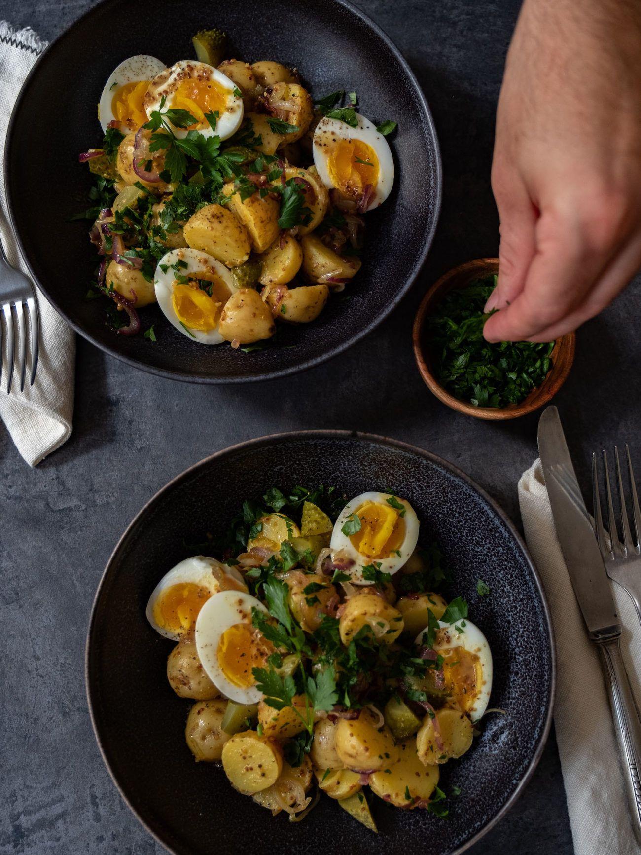 Rezept, Kartoffelsalat mit gekochten Eiern, Senfdressing, Essiggurken, Petersilie, Besteck, Salat