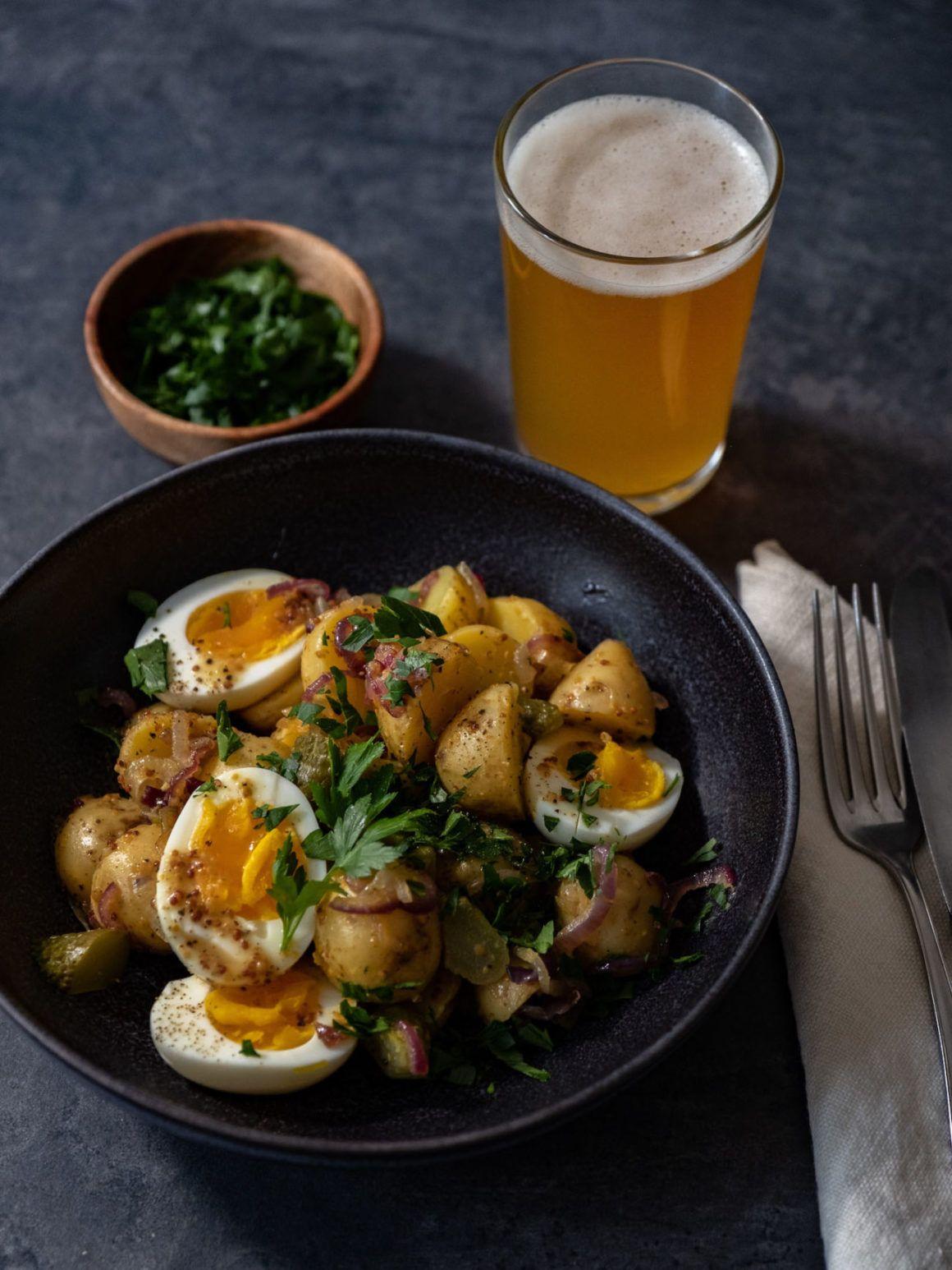 Rezept, Kartoffelsalat mit gekochten Eiern, Senfdressing, Essiggurken, Petersilie, Bier, Gabel, Serviette