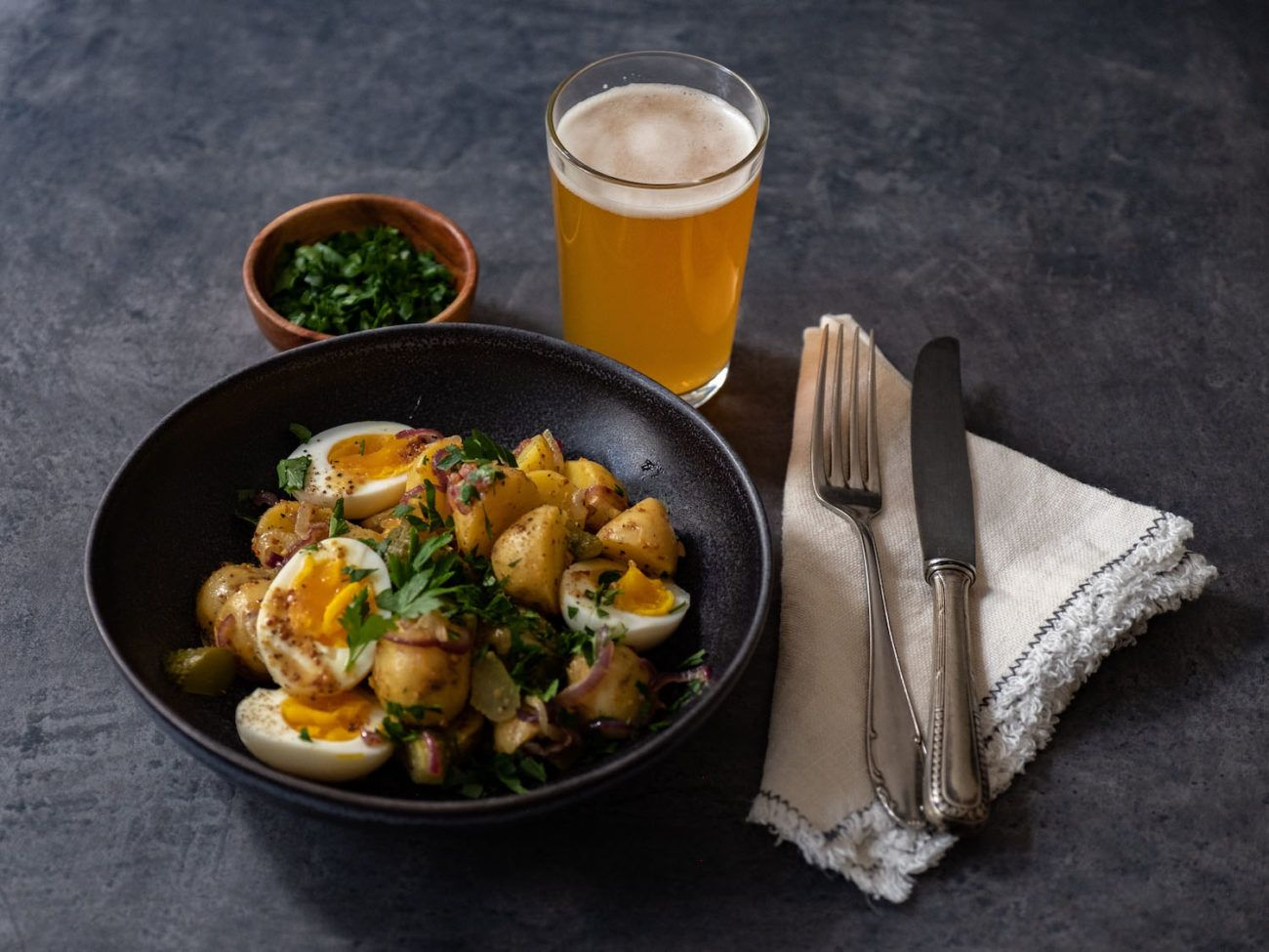 Rezept, Kartoffelsalat mit gekochten Eiern, Senfdressing, Essiggurken, Petersilie, Serviette, Bier, Besteck