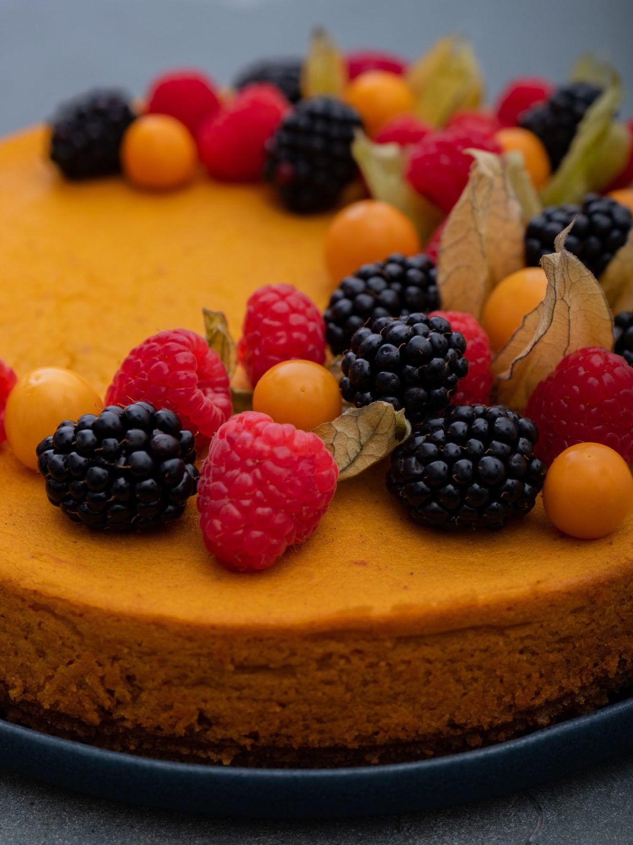 Rezept für Kürbiskuchen mit Keksboden und Beerentopping, Brombeeren, Himbeeren, Physalis
