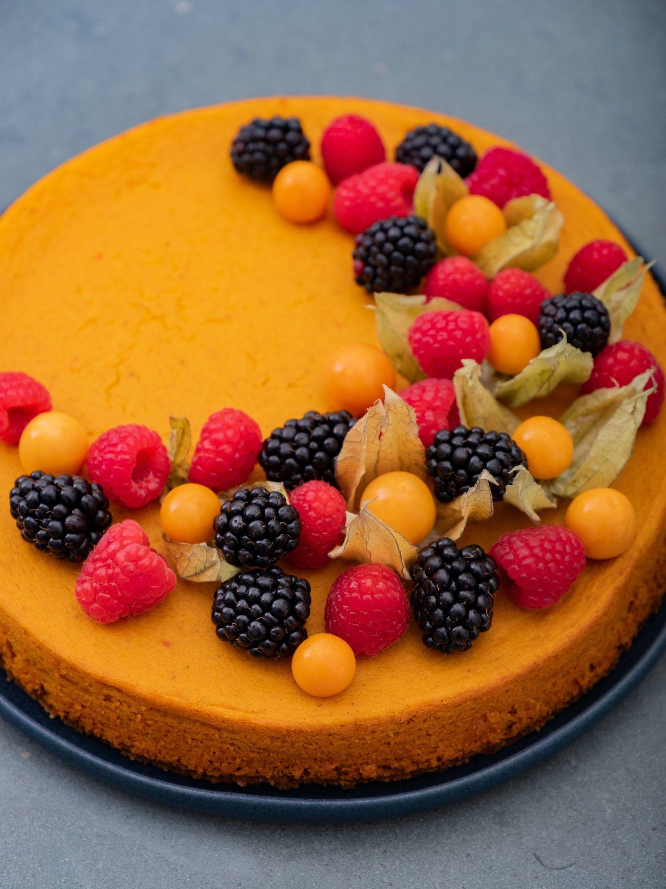 Rezept für Kürbiskuchen mit Keksboden und Beerentopping, Teller, Physalis