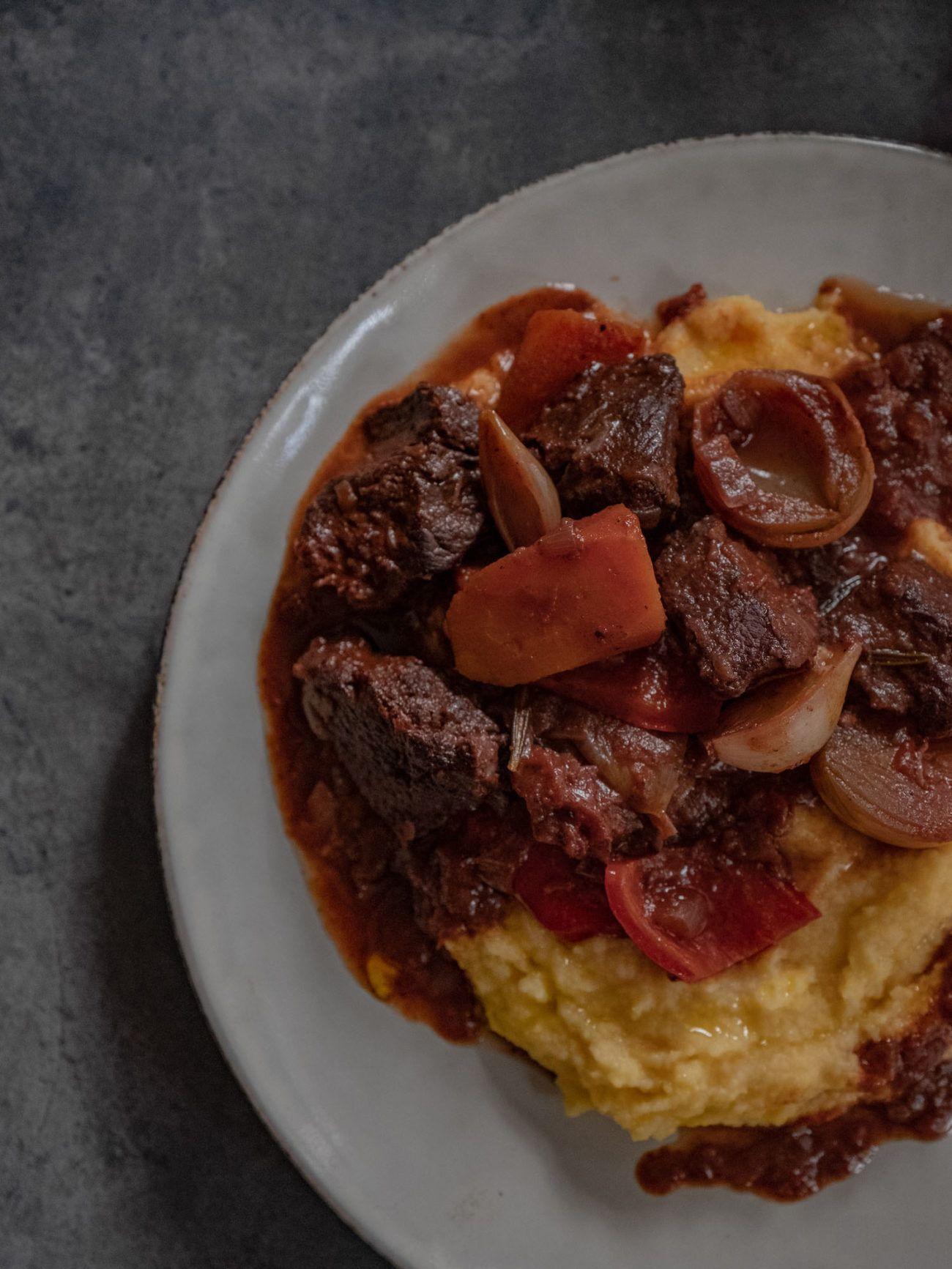 Rinderschmortopf auf Polenta, Rotwein, Zwiebeln