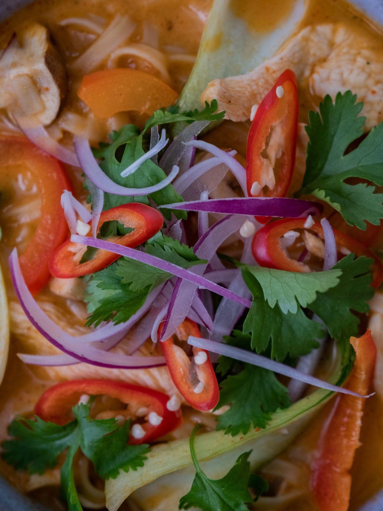 Scharfe Rote-Curry-Suppe mit Hähnchen und Reisnudeln, Chili, Koriander