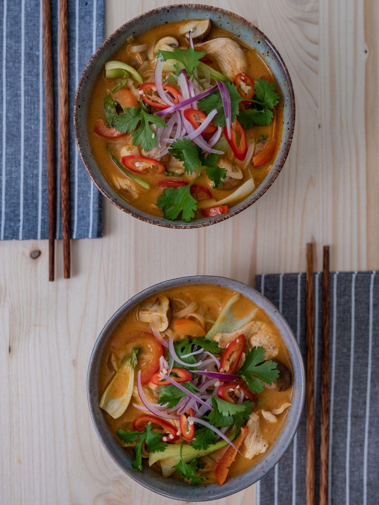 Scharfe Rote-Curry-Suppe mit Reisnudeln und Hähnchen, Stäbchen, Servietten
