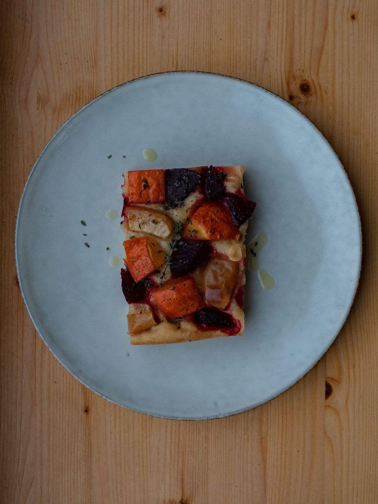 Rezept Focaccia mit Kürbis, Rote Beete und Apfel, Teller, Thymian_1