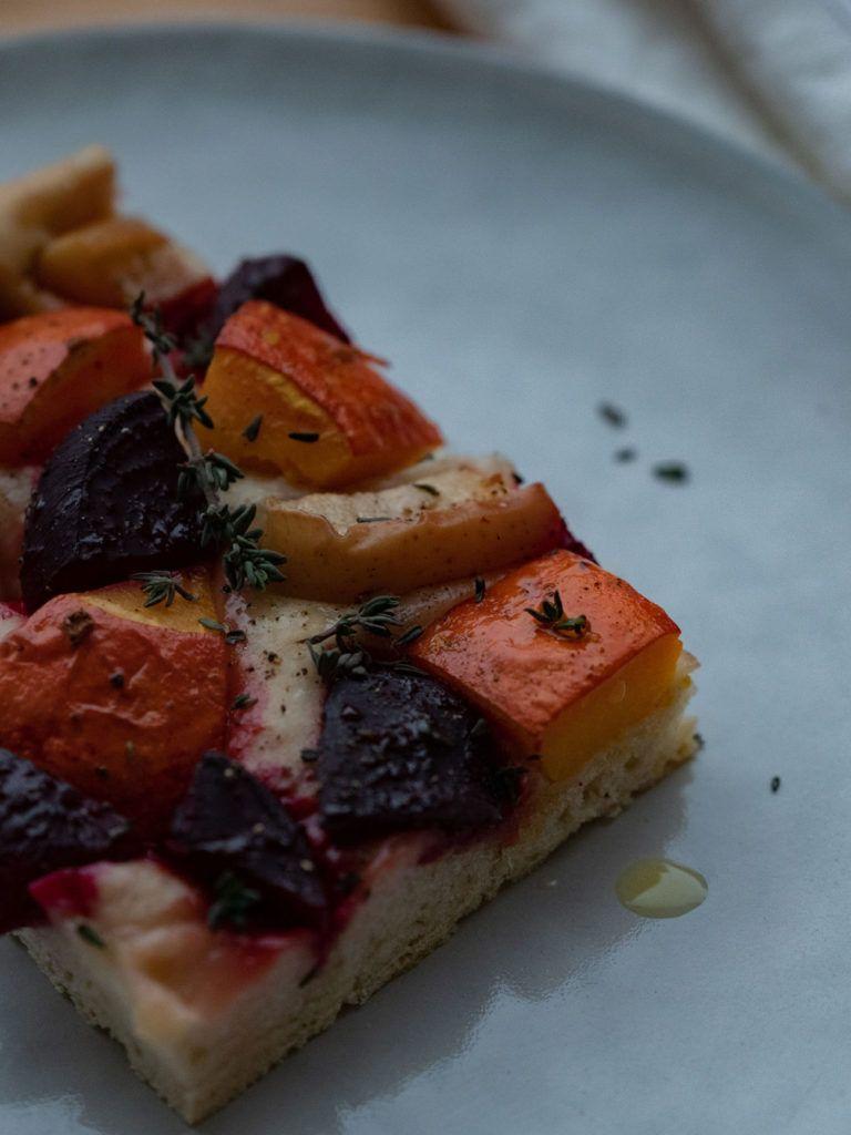 Rezept Focaccia mit Kürbis, Rote Beete und Apfel, Teller_1