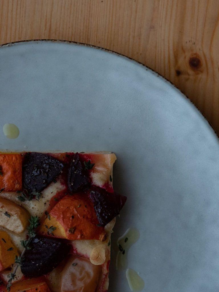 Rezept Focaccia mit Kürbis, Rote Beete und Apfel, Thymian, Olivenöl_1