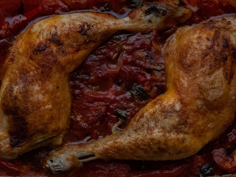 Rezept Hühnchenschenkel in Tomaten Paprika Soße, Basilikum