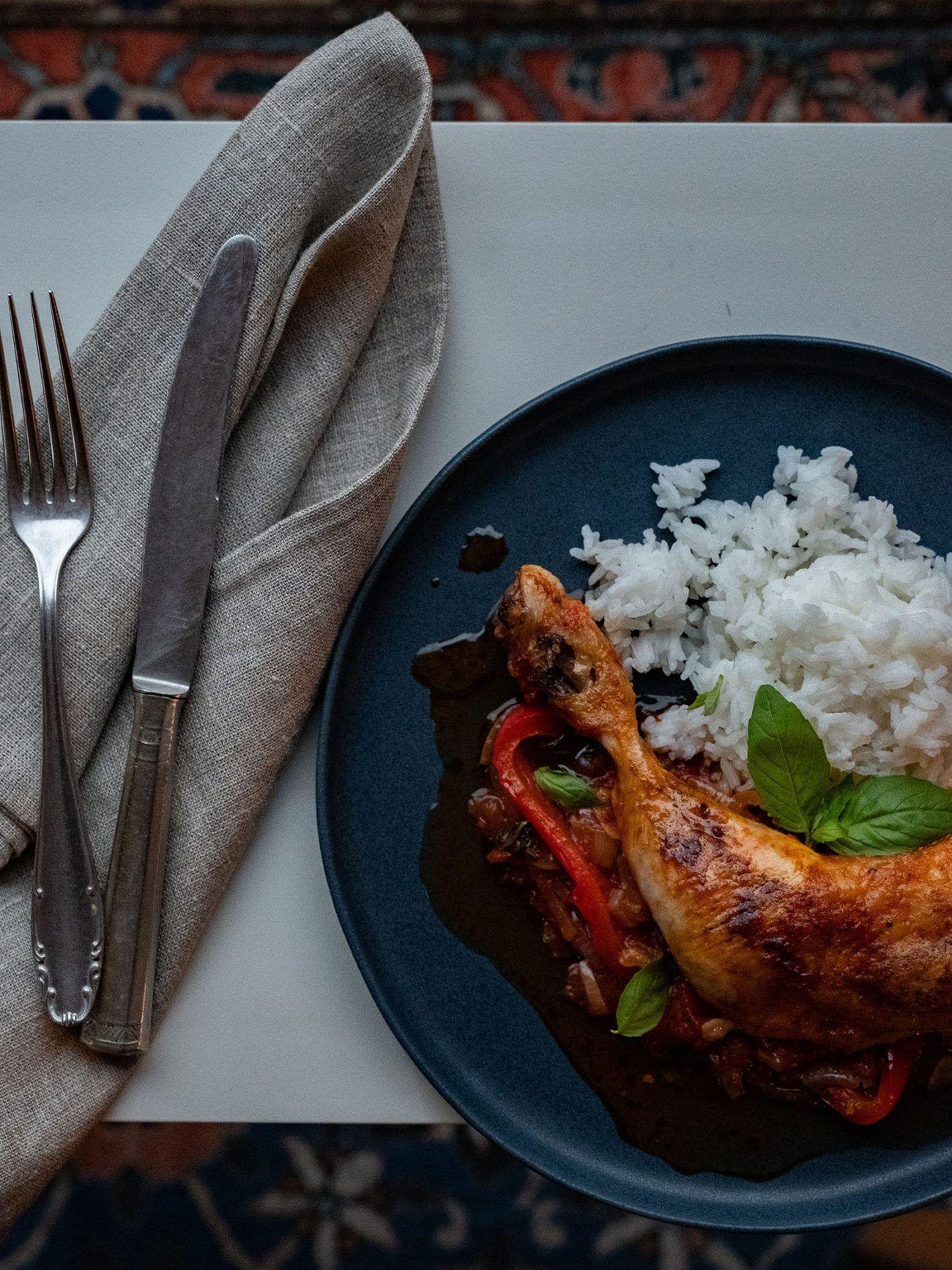 Rezept Hühnchenschenkel in Tomaten Paprika Soße, Besteck, Teller, Serviette