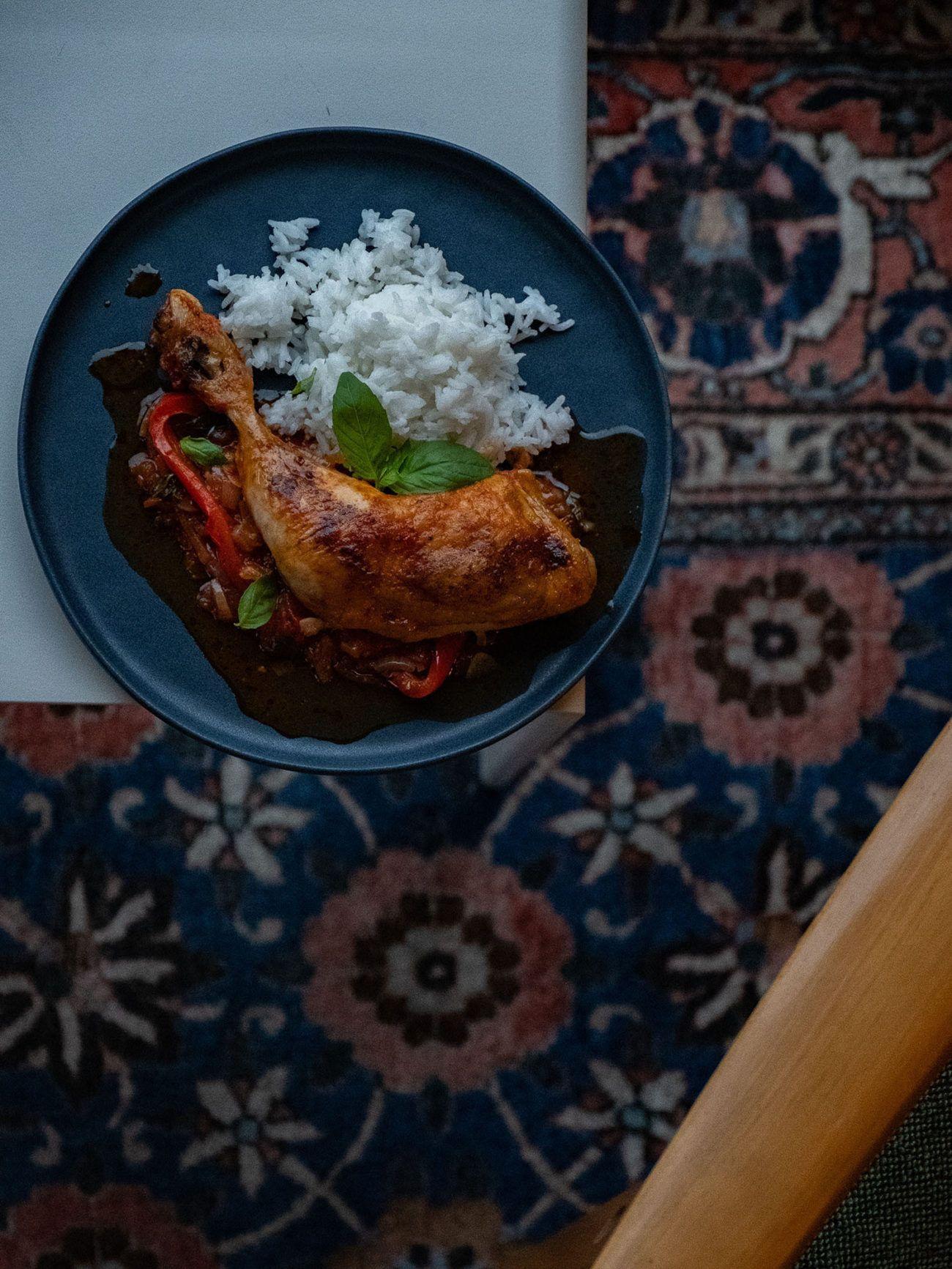 Rezept Hühnchenschenkel in Tomaten Paprika Soße, Tisch, Tepich, Reis