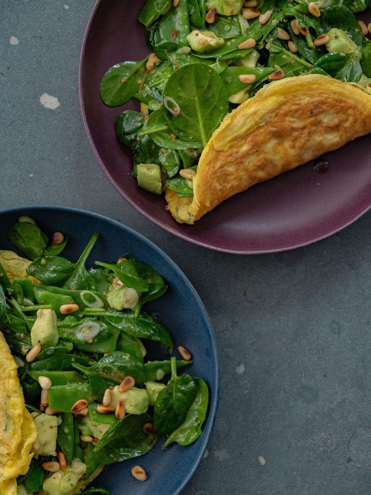 Rezept Omelett mit Spinatsalat, Avocado, Teller, Salat