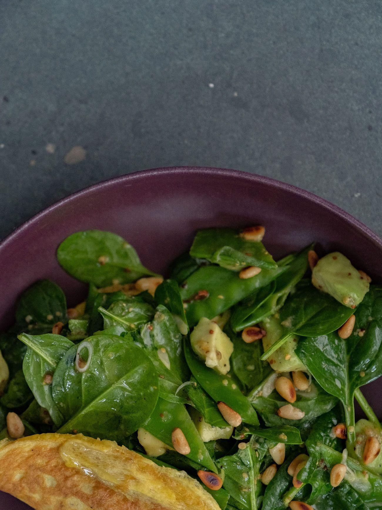 Rezept Omelett mit Spinatsalat, Kaiserschoten, Salat, Teller