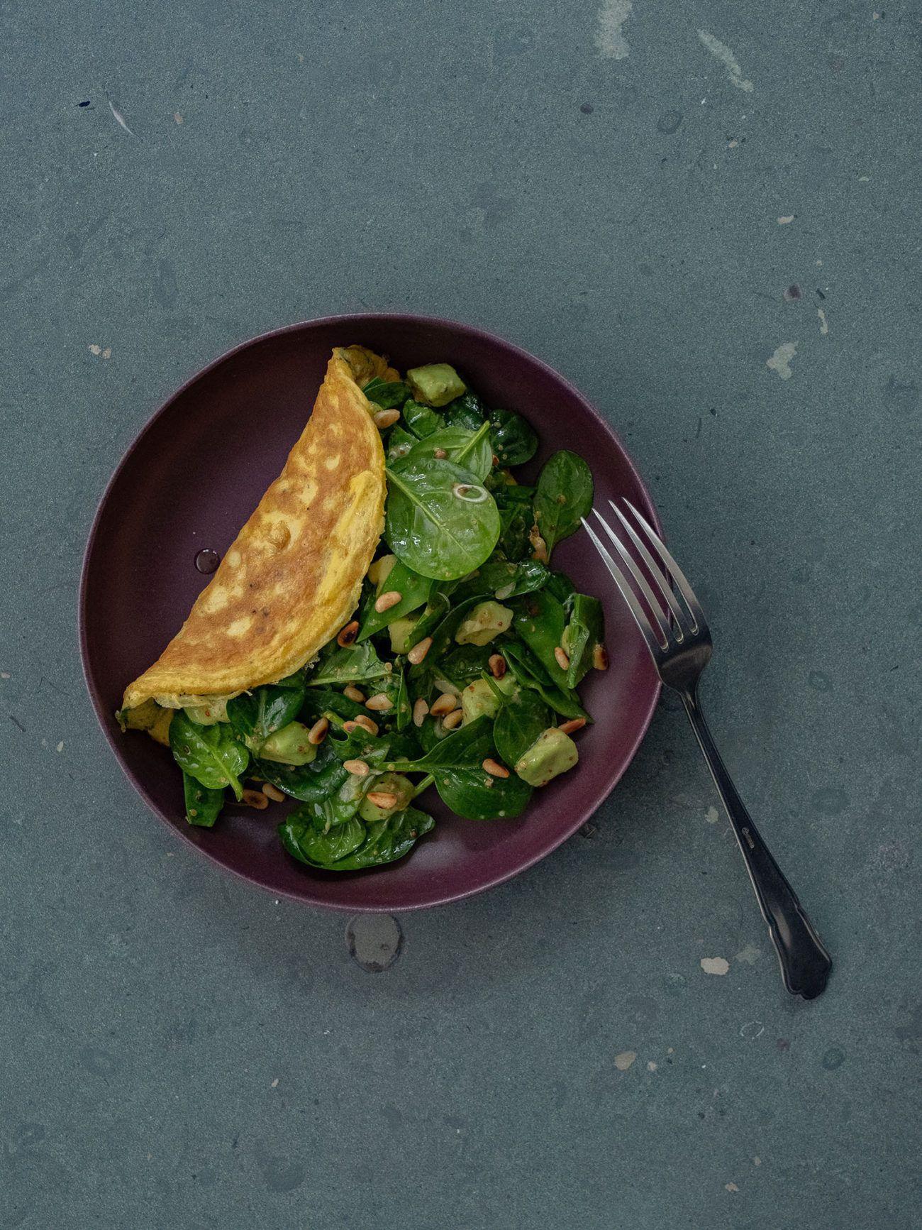 Rezept Omelett mit Spinatsalat, Teller, Gabel, Salat