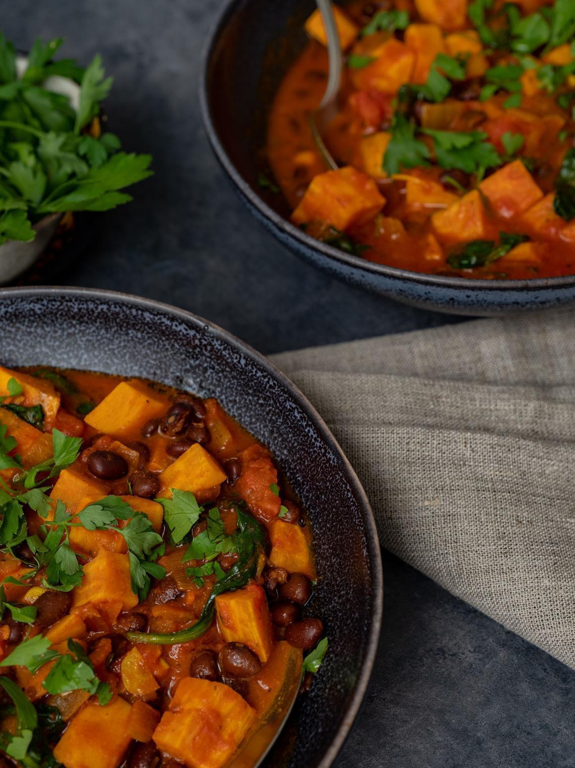 Rezept Süßkartoffeleintopf mit Kidney Bohnen und Spinat, Eintopf, Teller, Serviette