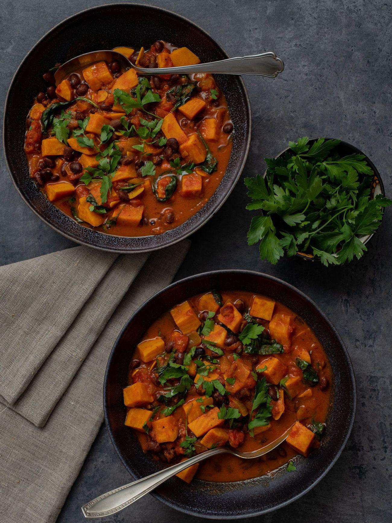 Rezept Süßkartoffeleintopf mit Kidney Bohnen und Spinat, Serviette, Teller, Spinat, Eintopf, Petersilie