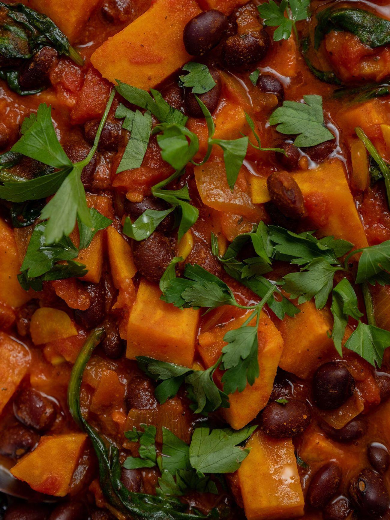 Rezept Süßkartoffeleintopf mit Kidney Bohnen und Spinat, Süßkartoffel, Petersilie, Tomaten, Kidney Bohnen