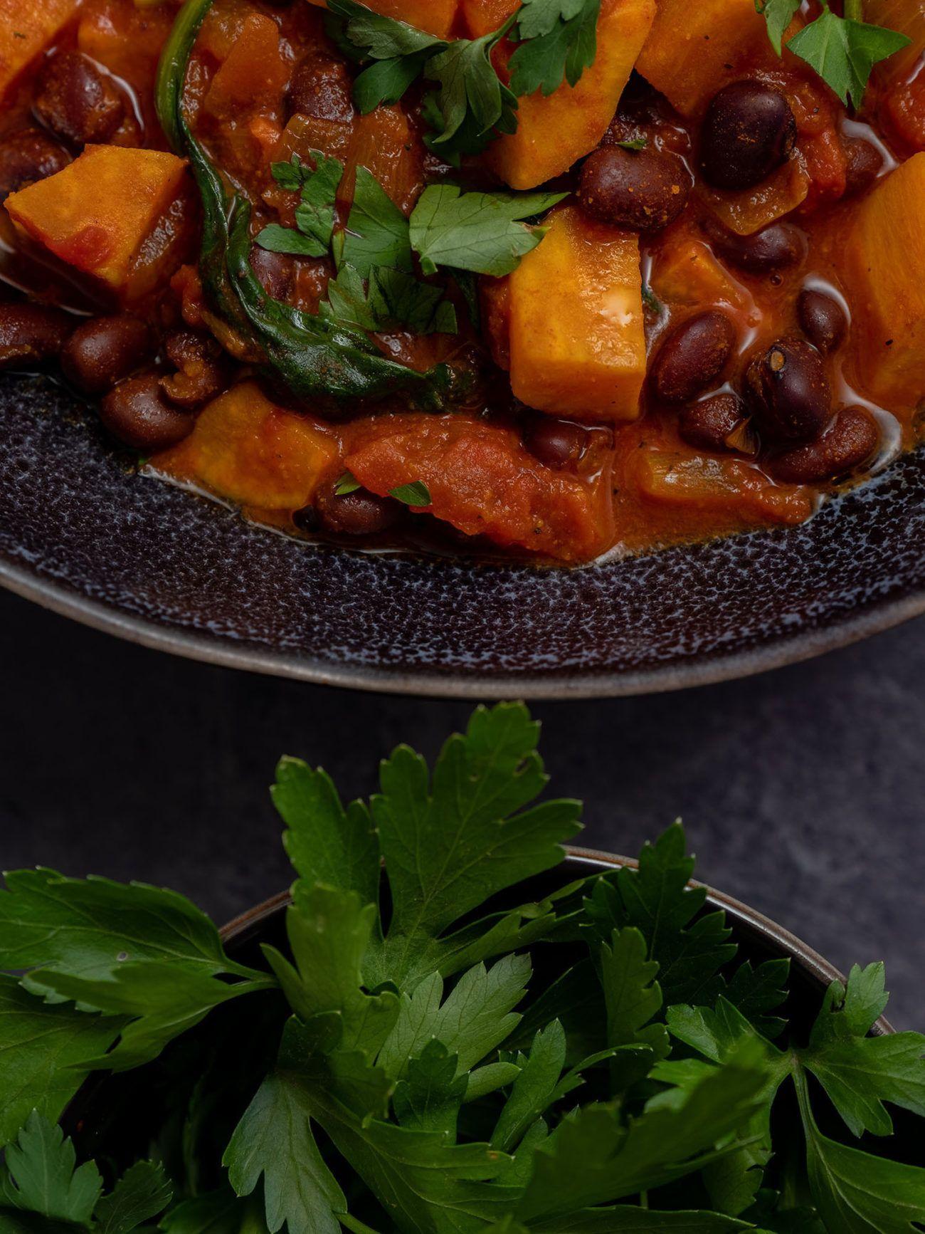 Rezept Süßkartoffeleintopf mit Kidney Bohnen und Spinat, Teller, Petersilie, Spinat, Kidney Bohnen