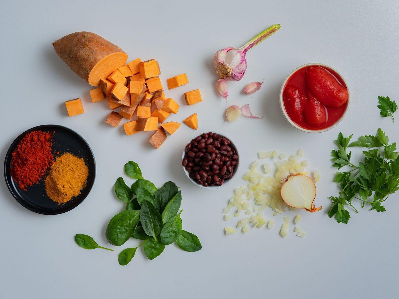 Rezept Süßkartoffeleintopf mit Kidney Bohnen und Spinat, Zutaten, Knoblauch, Zwiebeln, Tomaten, Petersilie, Kurkuma, Spinat, Paprikapulver, Süßkartoffel