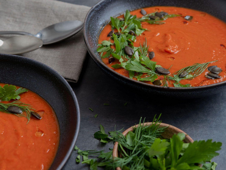 Rezept Tomaten-Kurkuma-Suppe mit Kürbiskern-Kräuter-Topping, Olivenöl, Dill, Löffel, Kräuter