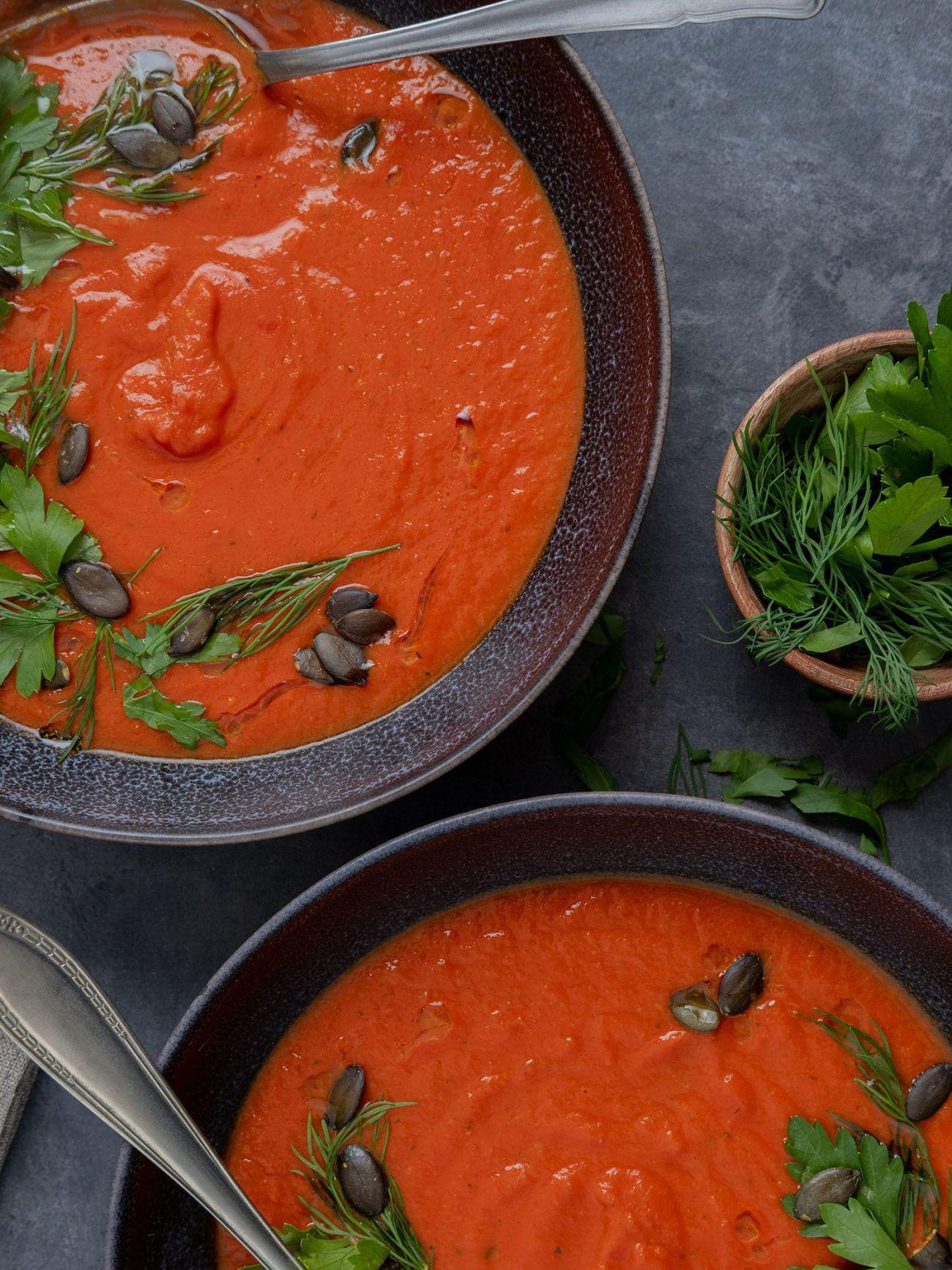 Rezept Tomaten-Kurkuma-Suppe mit Kürbiskern-Kräuter-Topping, Teller, Kräuter, Dill