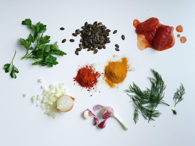 Rezept Tomaten-Kurkuma-Suppe mit Kürbiskern-Kräuter-Topping, Zutaten