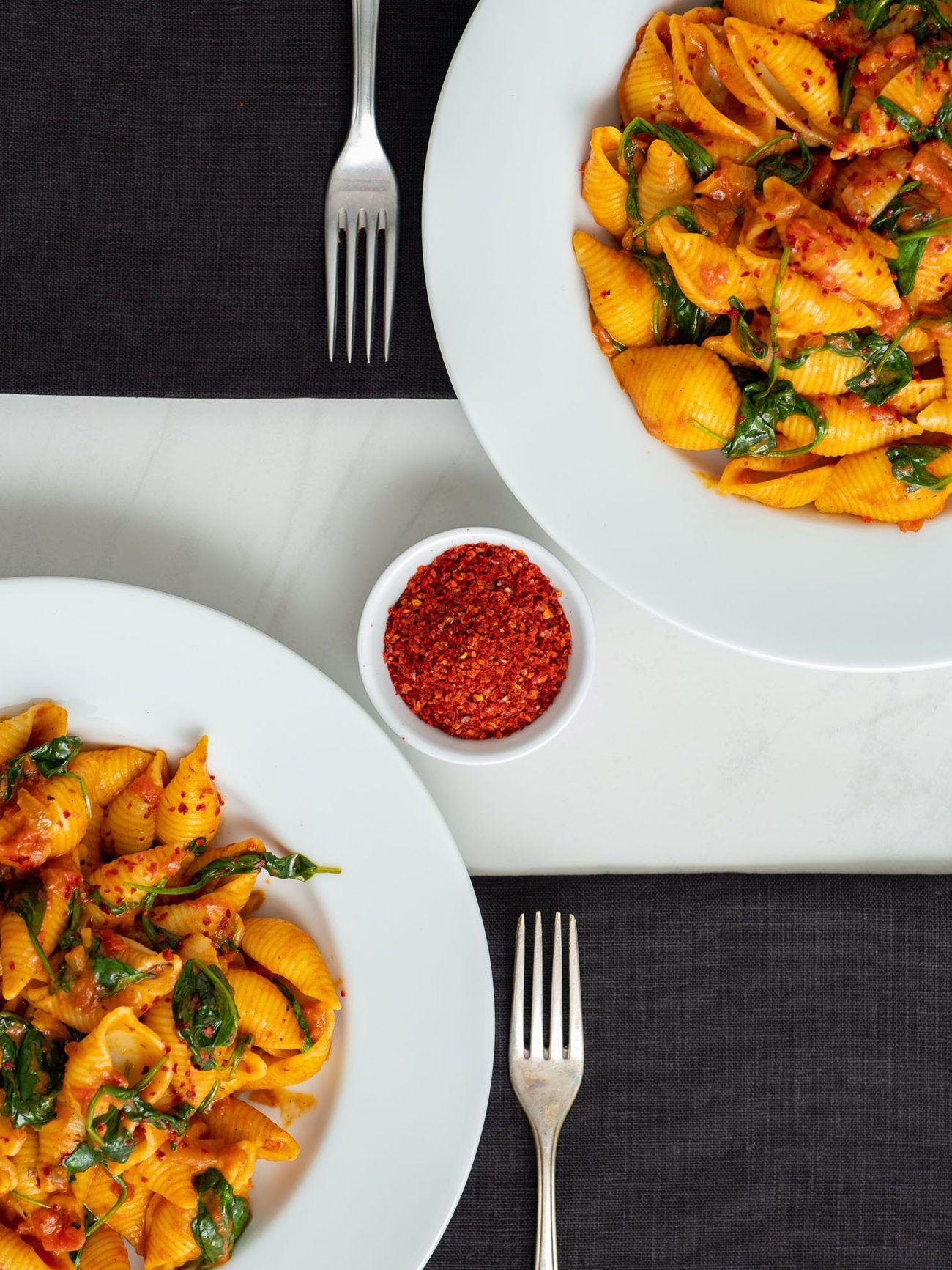 Rezept_Pasta mit Tomaten-Spinat-Sauce, Chili, Gabeln, Servietten
