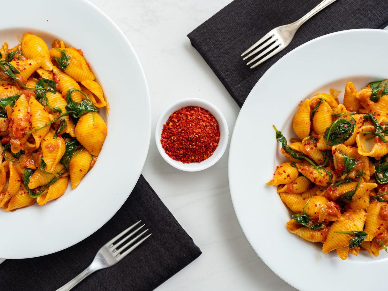 Rezept_Pasta mit Tomaten-Spinat-Sauce, Servietten, Gabeln