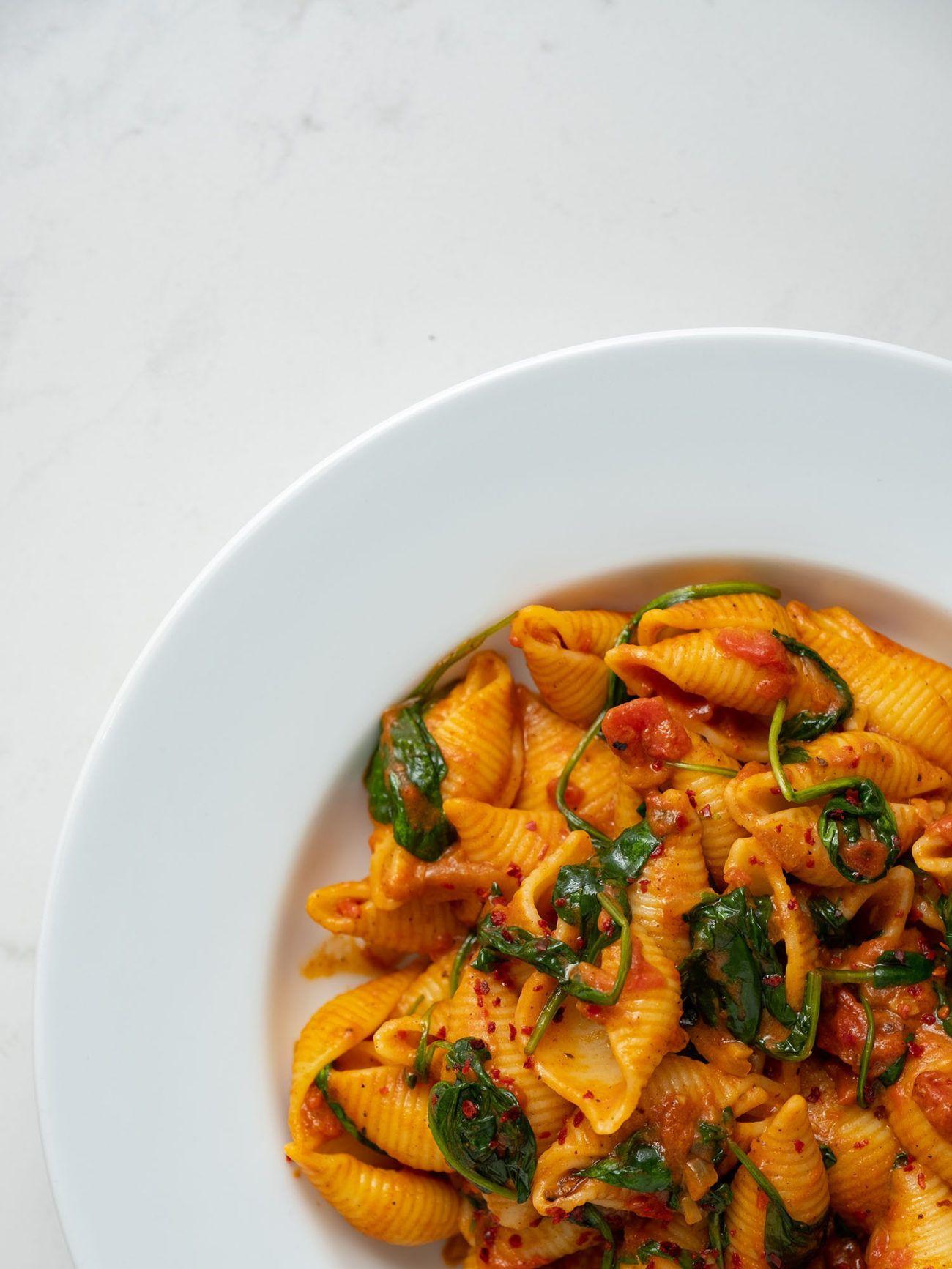 Rezept_Pasta mit Tomaten-Spinat-Sauce, Teller, Chiliflakes, Soße