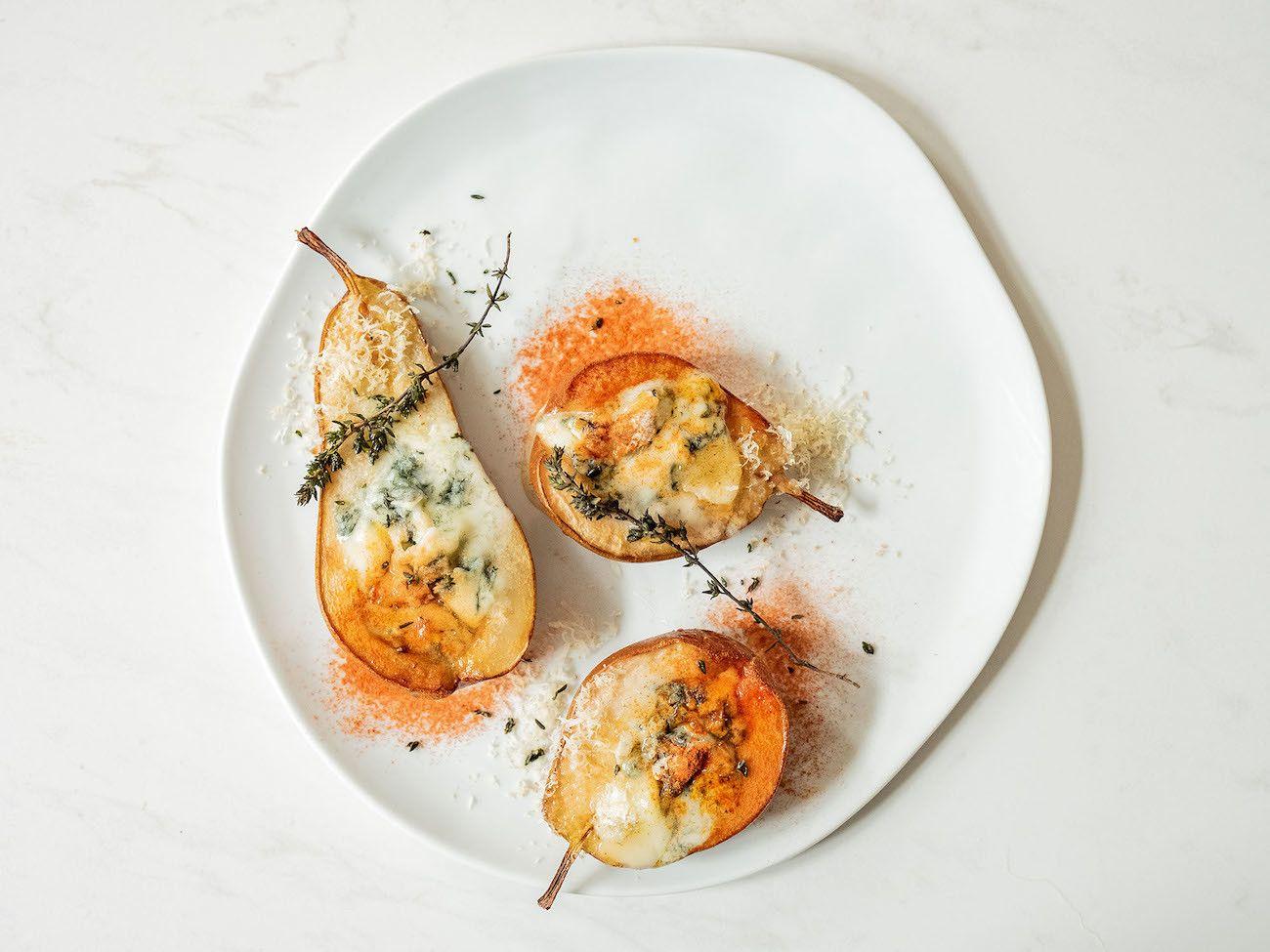Birnenhälften mit Gorgonzola, Honig und Thymian, Teller, Käse