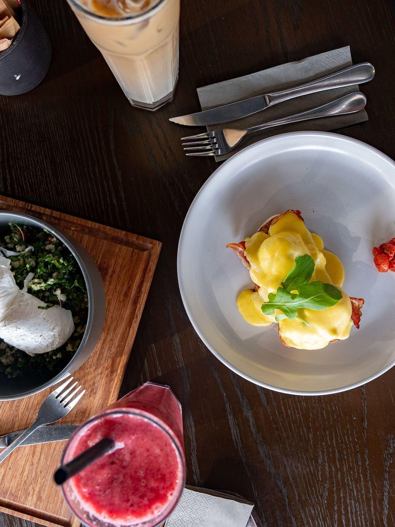 Frühstücks - und Brunch Guide für Kapstadt, Dapper, Eggs Benedict, Smoothie, Breakfast Bowl
