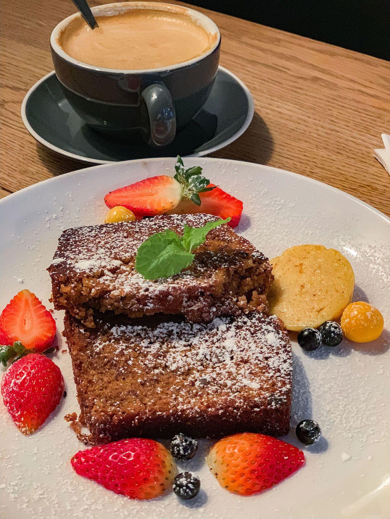Frühstücks - und Brunch Guide für Kapstadt, Jarryds, Banana Bread, Erdbeeren