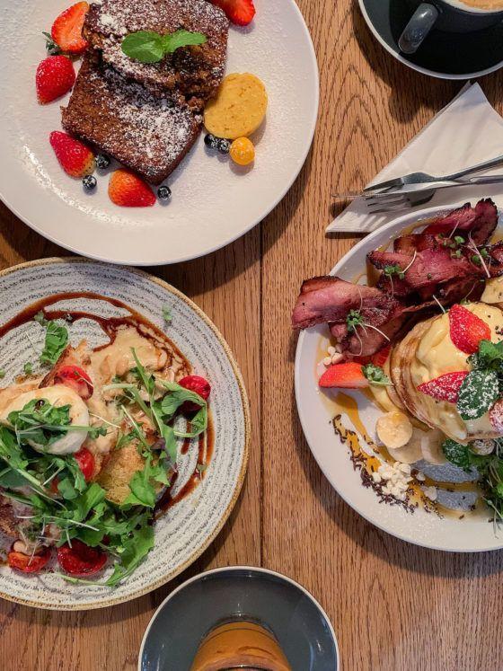 Frühstücks - und Brunch Guide für Kapstadt, Jarryds, Pancakes, Erdbeeren, Vanillesoße