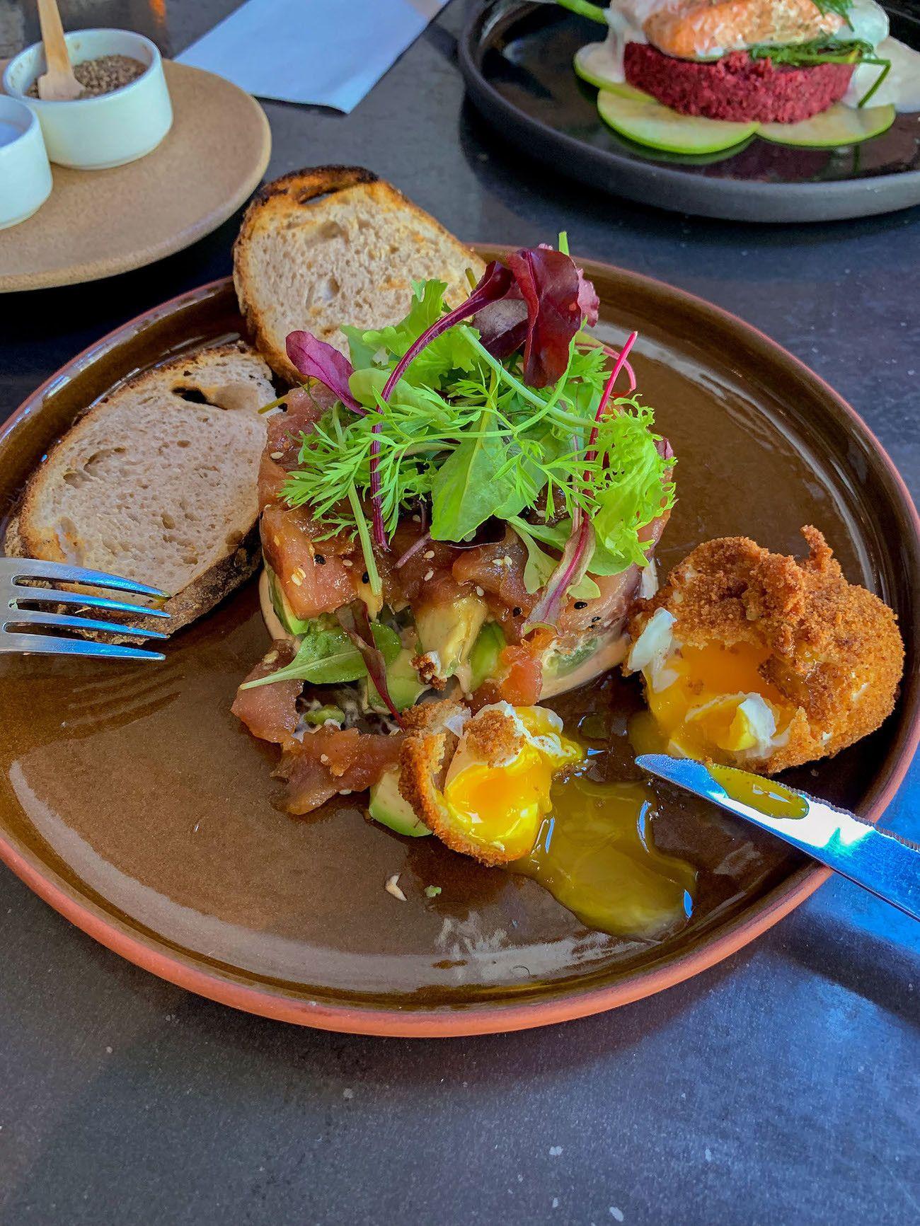Frühstücks - und Brunch Guide für Kapstadt, Loading Bay, Lachstartar, panko fried egg, Avocado