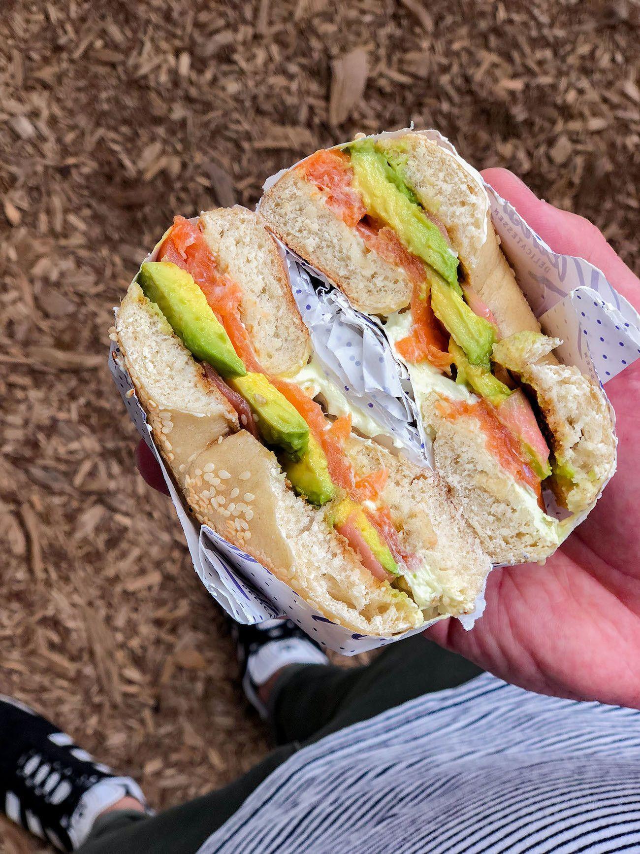 Frühstücks - und Brunch Guide für Kapstadt, Oranjezicht City Farm Market, California Bagel, Lachs, Avocado, Wasabi, Frischkäse