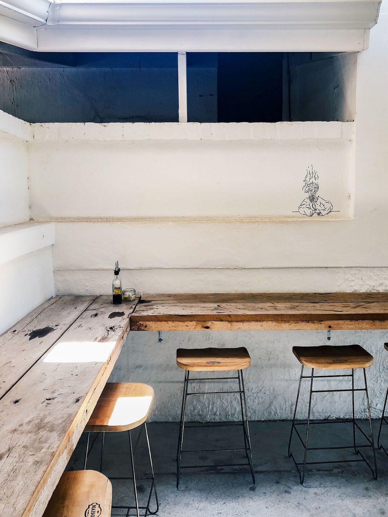 Frühstücks-und-Brunch-Guide-für-Kapstadt-The-Strangers-Club-Hocker-Interieur.
