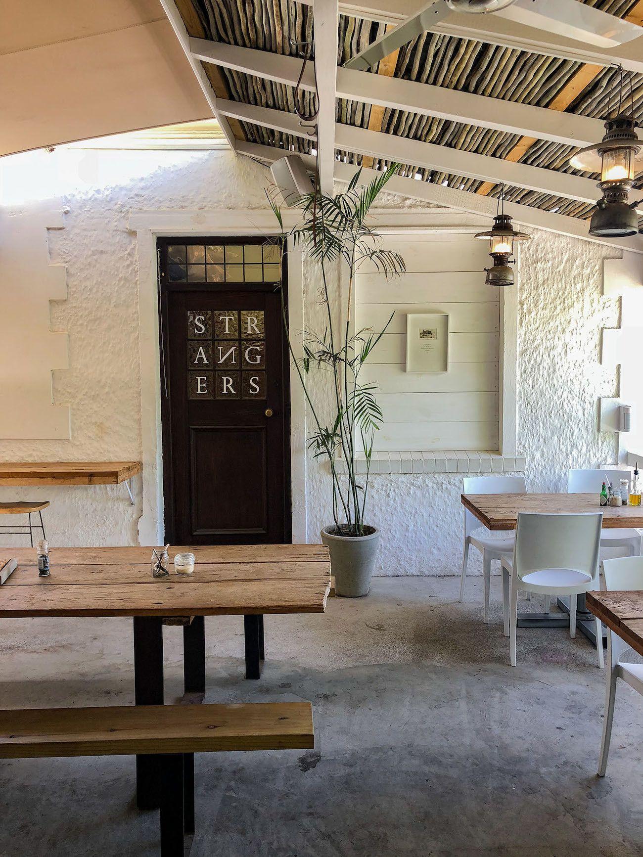 Frühstücks - und Brunch Guide für Kapstadt, The Strangers Club, Interieur, Bank, Tisch