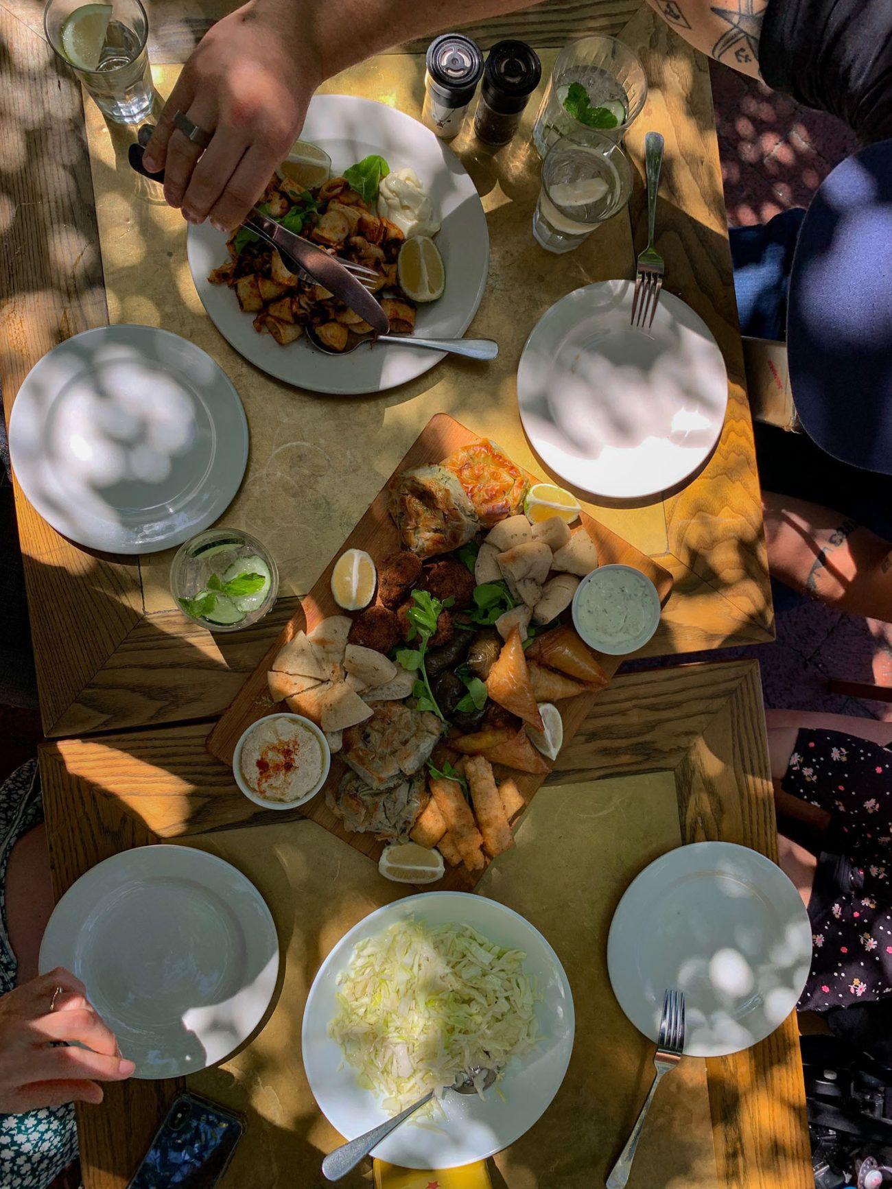 Kapstadt, Marias Greek Cafe, Mezze, Hummus, Pita, gefüllte Weinblätter