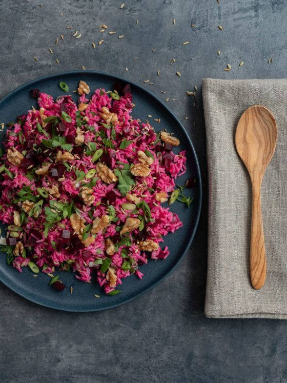 Reissalat mit Roter Bete, Holzlöffel, Salat, Serviette