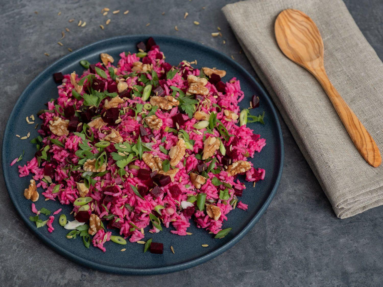 Reissalat mit Roter Bete, Teller, Serviette, Holzlöffel, Frühlingszwiebeln