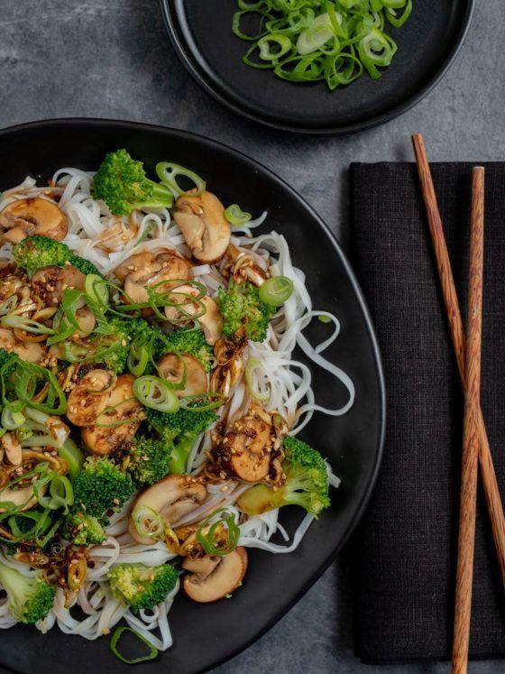 Rezept Champigon-Brokkoli-Pfanne auf Reisnudeln, Sesam, Serviette