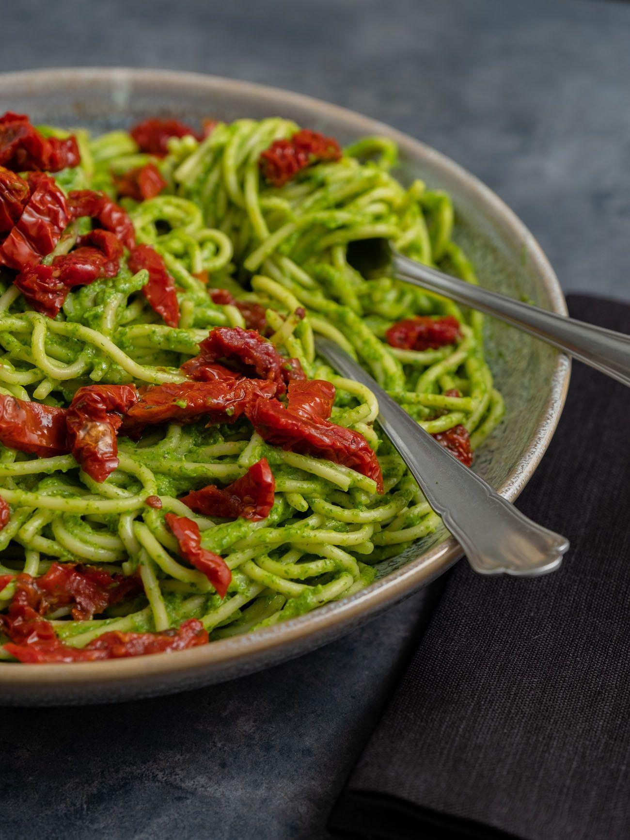 Foodblog, Rezept Spaghetti mit Avocado-Rucola-Pesto und getrockenten Tomaten, Bestesck, Pasta