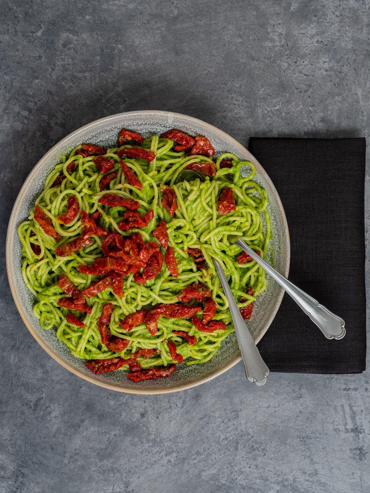 Foodblog, Rezept Spaghetti mit Avocado-Rucola-Pesto und getrockenten Tomaten, Pasta, Teller, Serviette