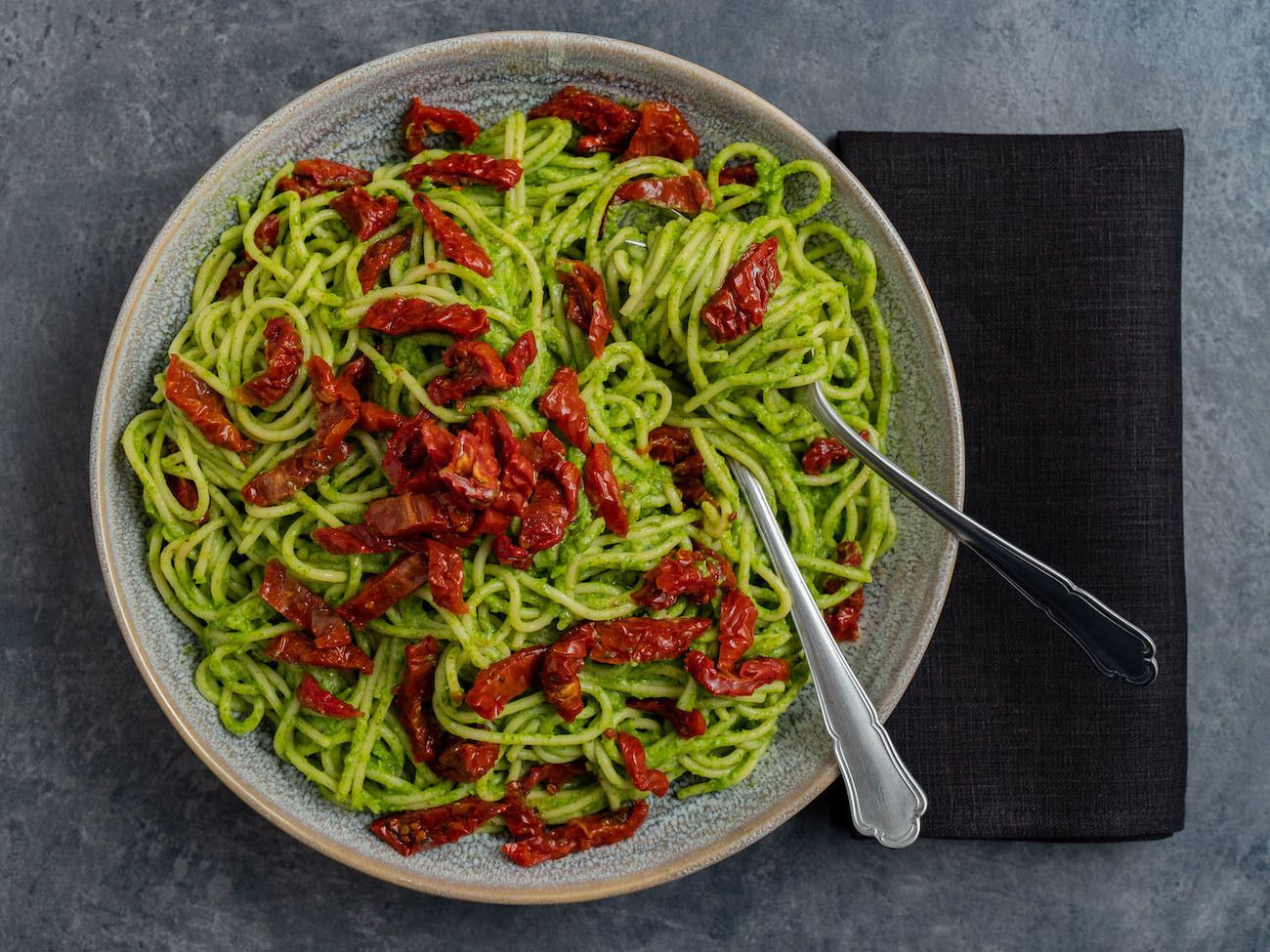Foodblog, Rezept Spaghetti mit Avocado-Rucola-Pesto und getrockenten Tomaten, Tekler, Besteck