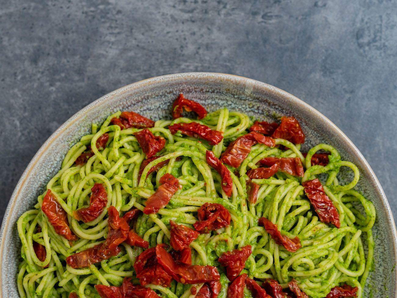 Foodblog, Rezept Spaghetti mit Avocado-Rucola-Pesto und getrockenten Tomaten, Teller, Vegan, Pasta