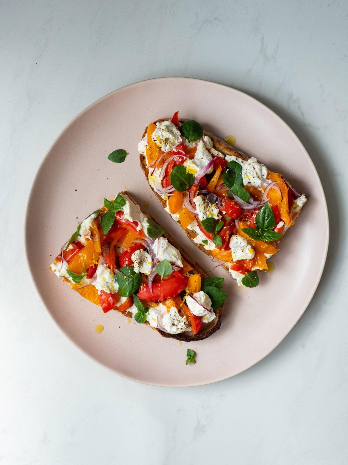 Rezept Sandwich mit Zitronenricotta und gegrillter Paprika, Basilikum, Sauerteigbrot, Olivenöl