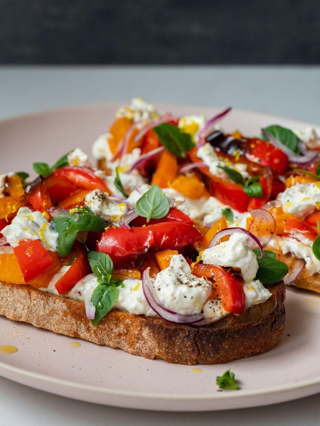 Rezept Sandwich mit Zitronenricotta und gegrillter Paprika, Basilikum, Zitronenzeste, Sauerteigbrot